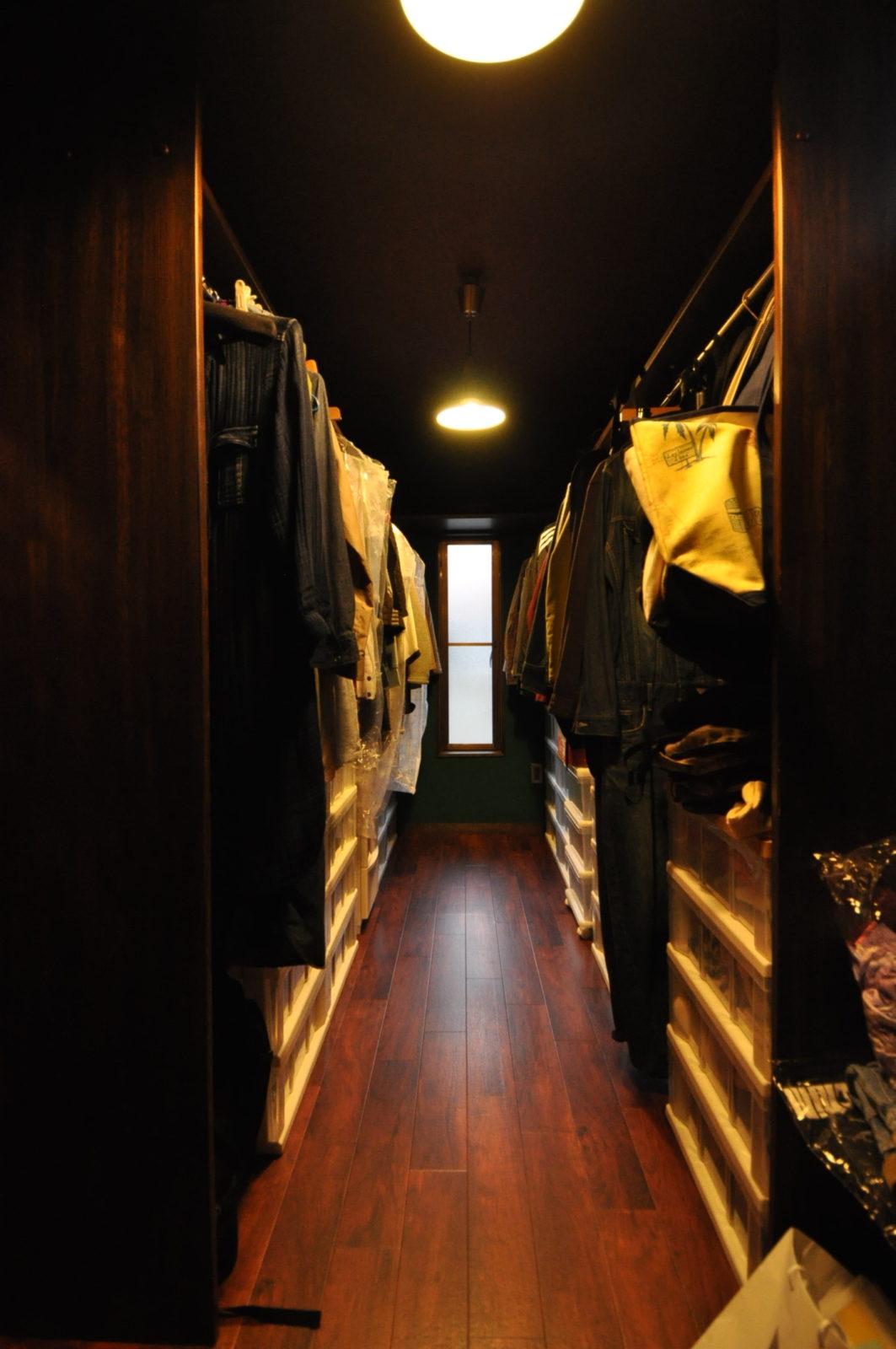 【納戸】造作洋服掛け、床フロアタイル