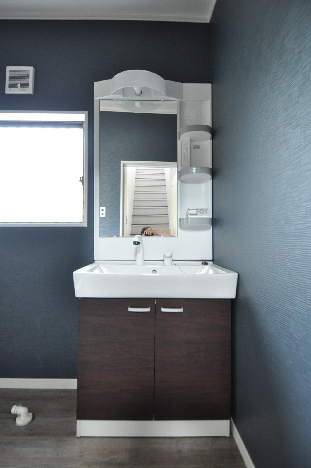 【洗面所】壁紙、床をフロアタイルに変え、洗面台、洗濯機パンを新品に取り換えました。