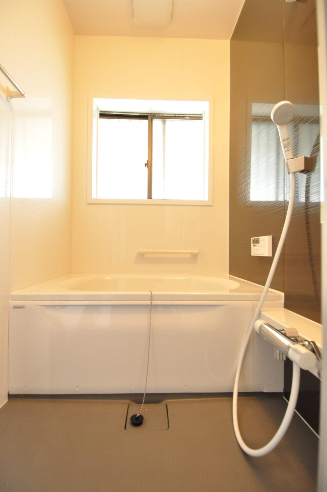 【浴室】在来のタイル風呂をユニットバスへ変更致しました。