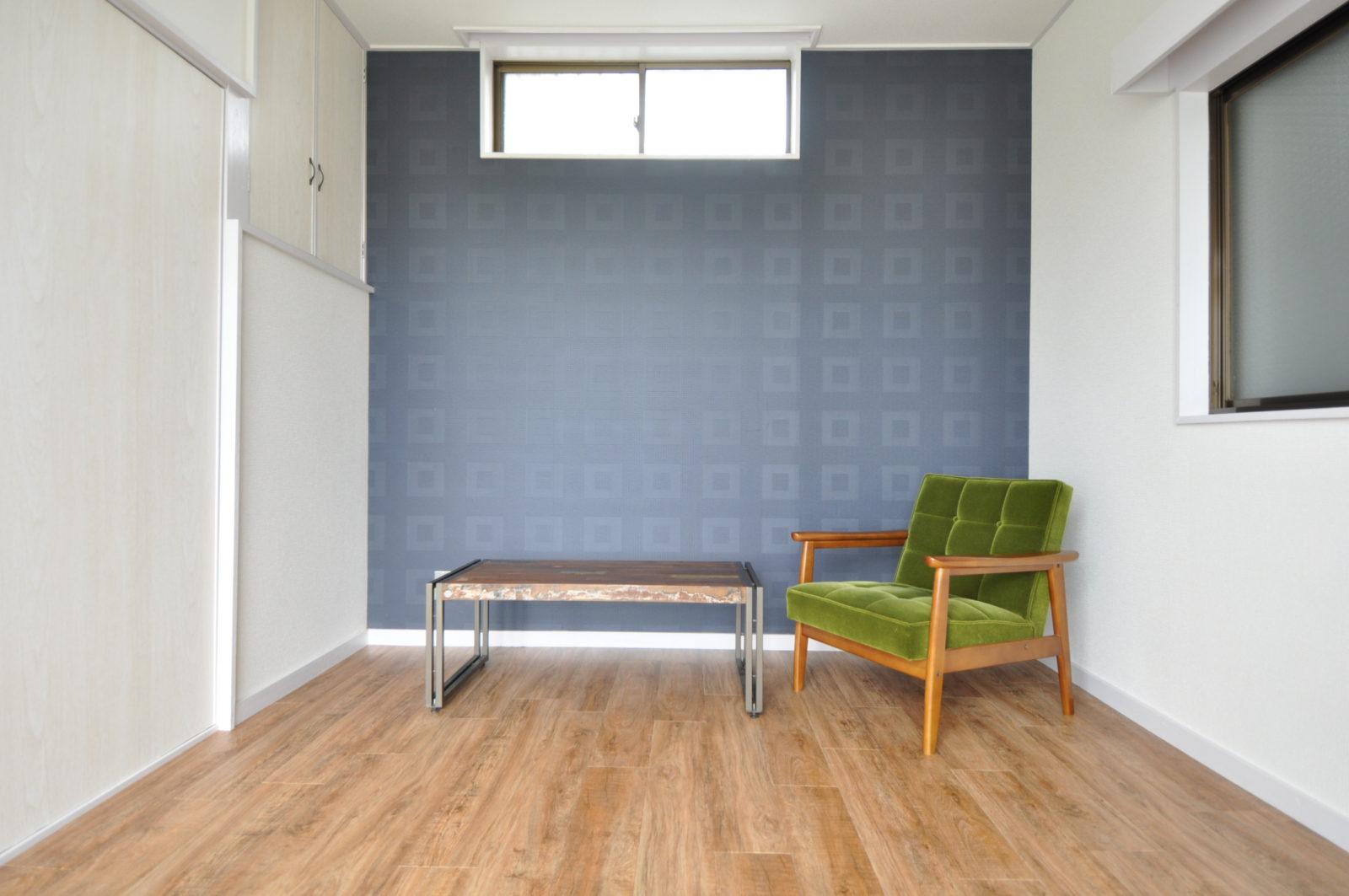 【洋室Ⅰ】アクセントクロスを使用し、床はビンテージフロアタイルで仕上げました。