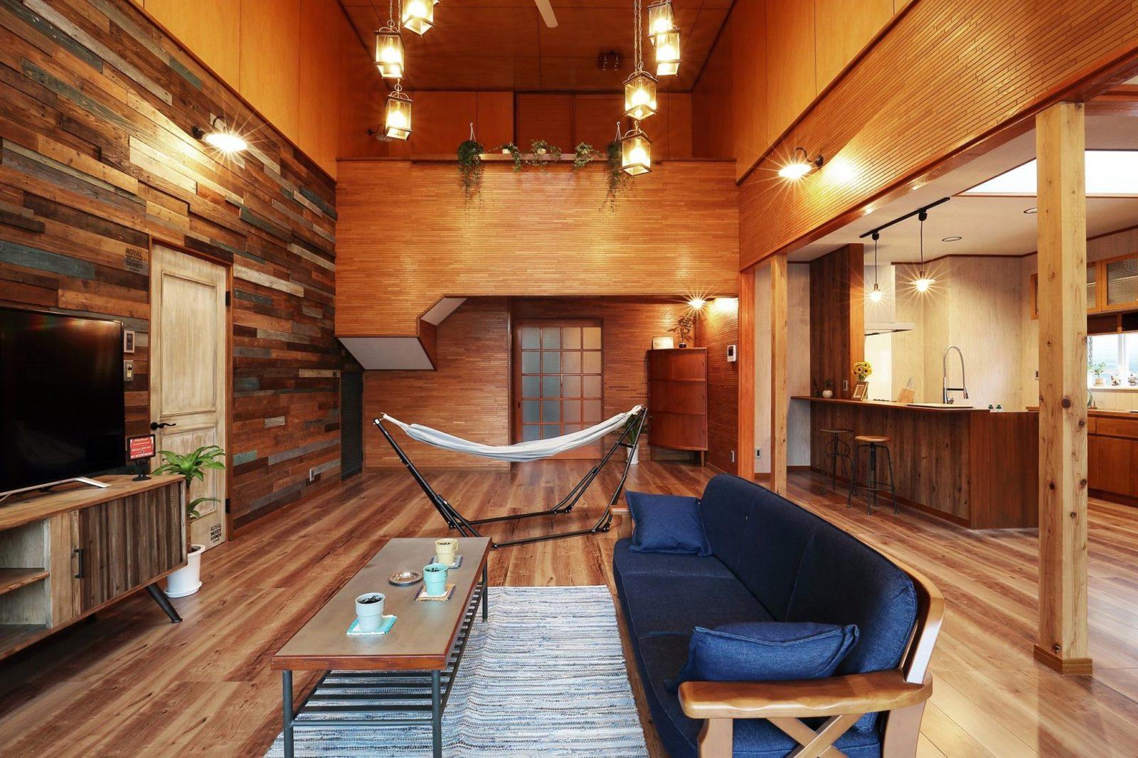 【リビングⅠ】古材を使って壁を作り、床をビンテージ風のフローリングへ張替え